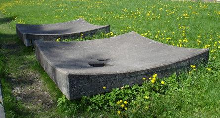 Мемориальные плиты на местах расстрельных ям.