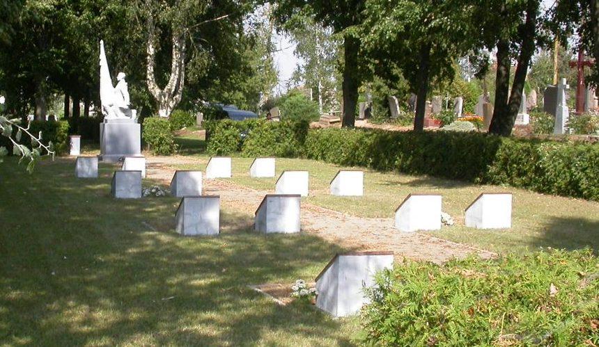 п. Вашкай Пасальского р-на. Братская могила по улице Каштонупос, в которой похоронено 140 советских воинов, погибших в июне–июле 1944 года. Среди них - 4 неизвестных.