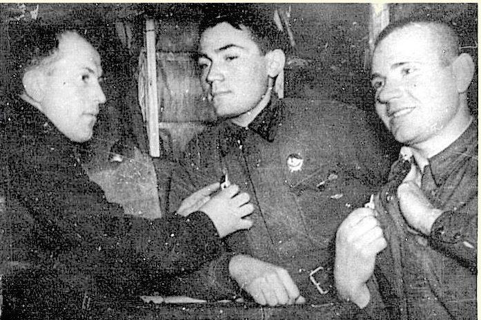 Снайпер Ш.Жамбора (в центре) с боевыми товарищами.