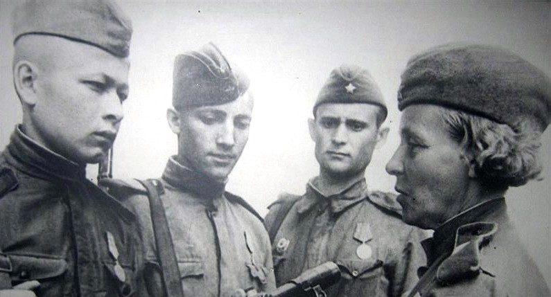 Нина Петрова со своими учениками. 1943 г.