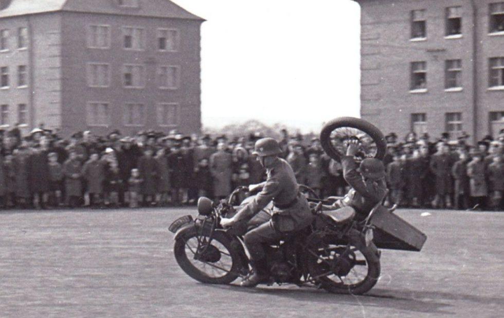 Смена колеса на ходу. Германия. 1940 г.
