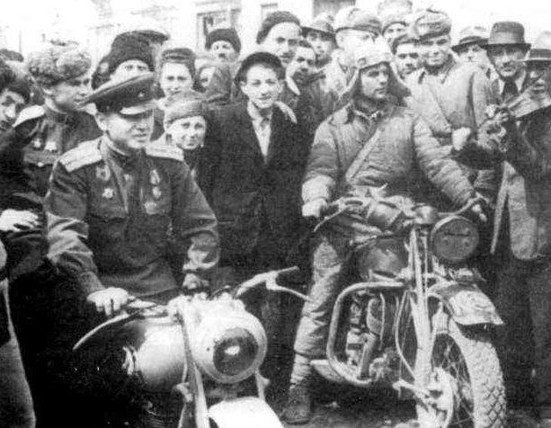 Мотоциклы «БМВ» (слева) и «БСА» 4-го мотоциклетного полка 6-й танковой армии. Румыния. 1944 г.