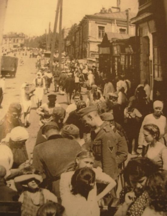 Стихийный рынок на улице Дмитриевской. 1942 г.