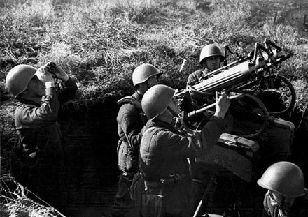 Расчет зенитного пулемета. Осень, 1942 г.