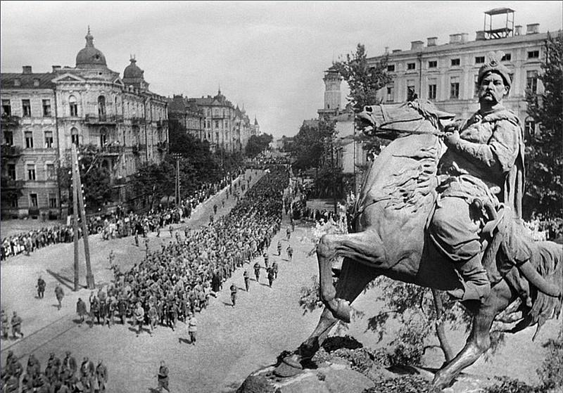 Пленных немцев ведут по центральным улицам города. 16 июля 1944 г.
