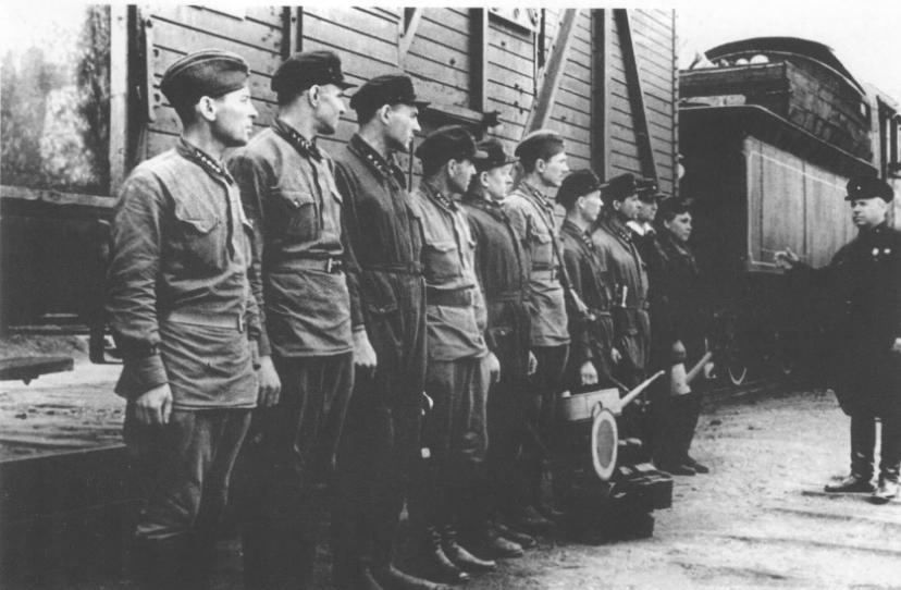 Паровозная бригада на Белорусском вокзале. Осень, 1942 г.