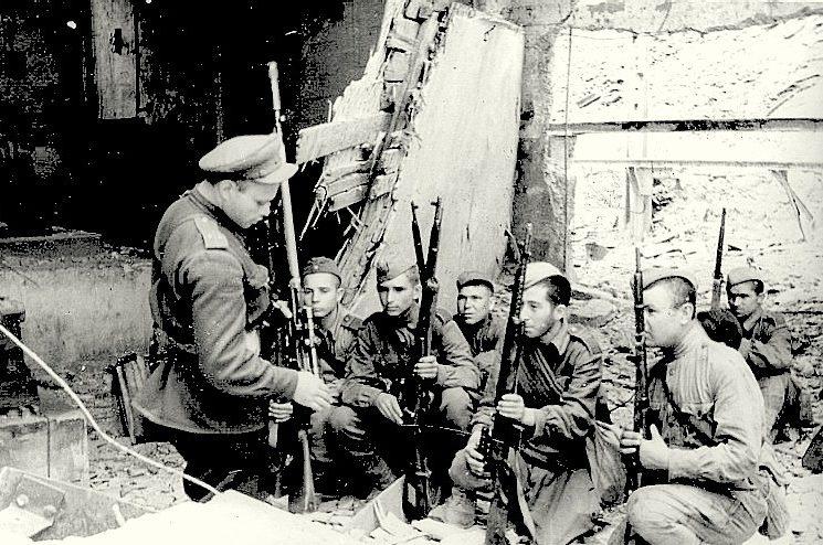 Снайпер Л. Буткевич обучает бойцов мастерству стрельбы.