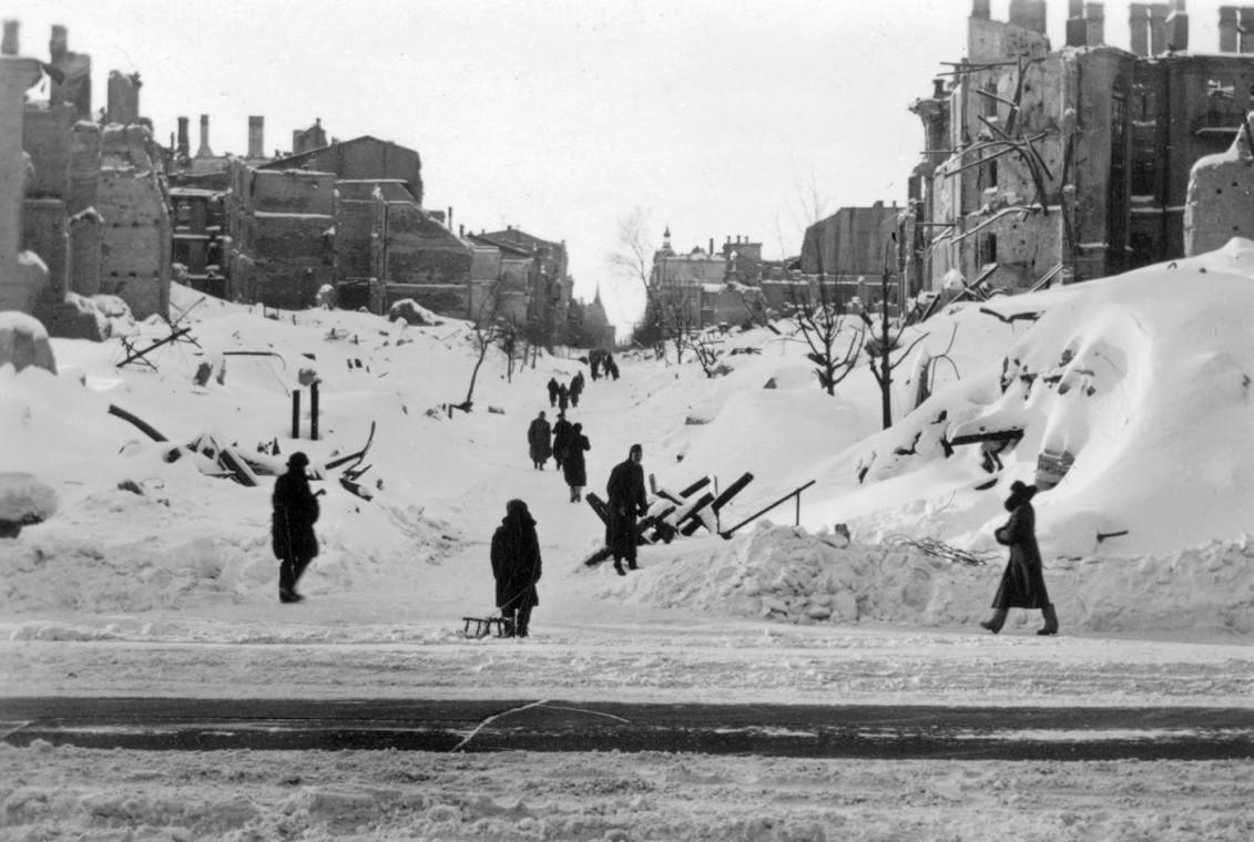 Пешеходная тропа среди руин на месте Прорезной улицы (угол Крещатика). Февраль, 1942 г.
