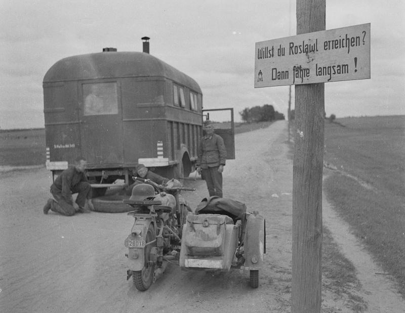 Немцы на дороге в Рославль Смоленской области. 1941 г.