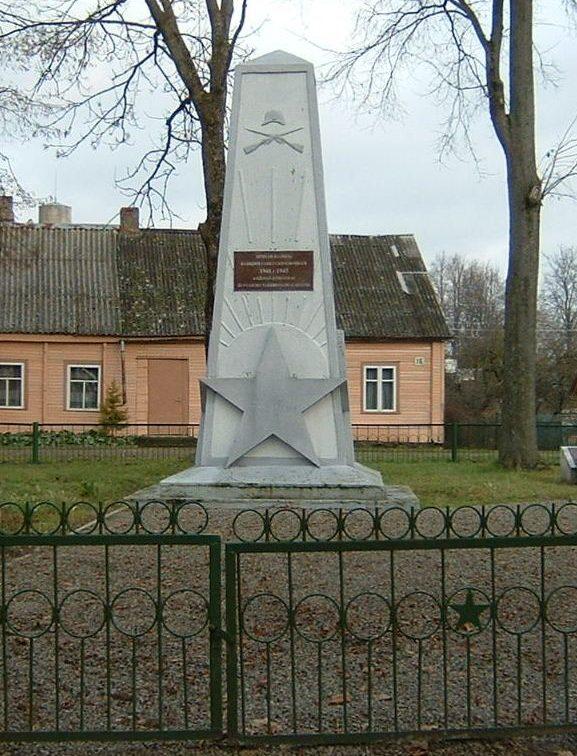 п. Пумпенай Пасальского р-на. Памятник на воинском кладбище, где похоронен 41 советский воин, погибший в июле 1944 года. Среди них - 41 неизвестный.