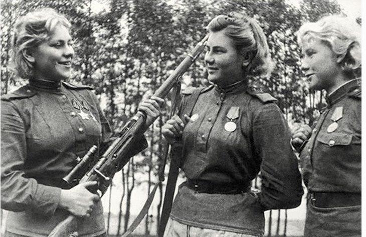 Снайперы, слева направо: Роза Шанина, Александра Екимова и Лидия Вдовина.1944 г.