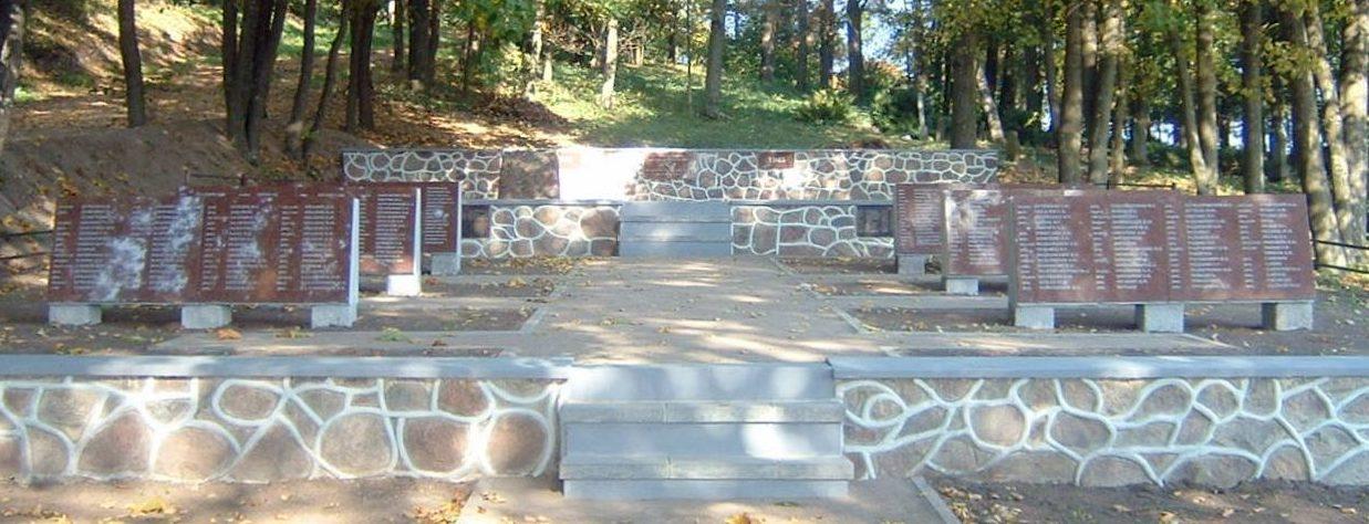 п. Паевонис Вилквишкского р-на. Мемориал рядом с костёлом, установлен на братской могиле, в которой захоронено 833 воина, в т.ч. 72 неизвестных.