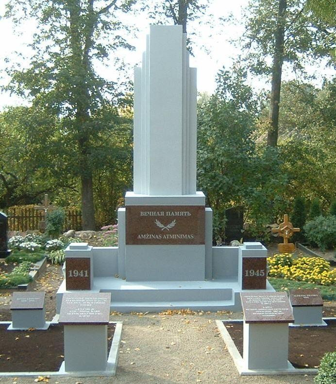 п. Пушалотас Пасальского р-на. Памятник на кладбище рядом с костёлом, где похоронены останки двух неизвестных советских лётчиков, а также перенесены останки 11 местных жителей, убитых в июле 1941 года.