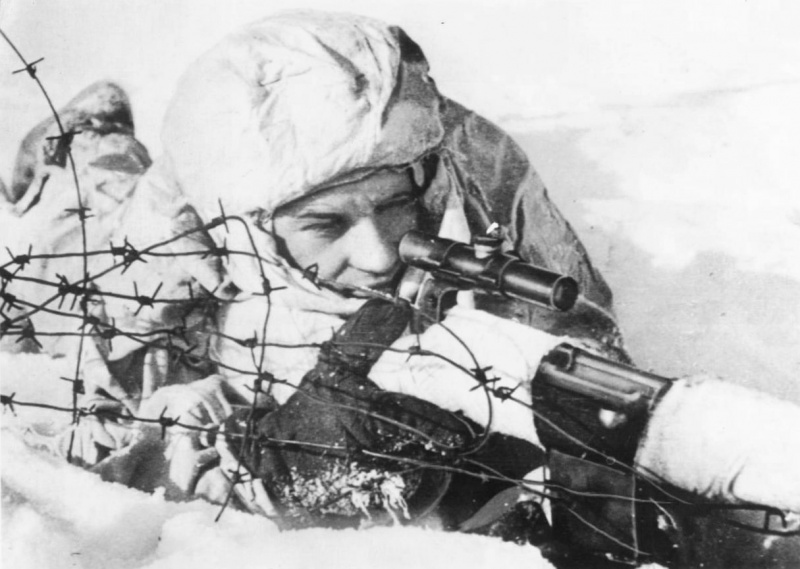 Снайпер сержант Жидков, вооруженный самозарядной винтовкой СВТ-40 с оптическим прицелом ПУ, на огневой позиции. Одержал 129 побед. Северный фронт.