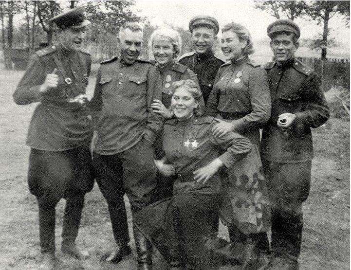 Снайперы, слева направо: Лидия Вдовина, Роза Шанина и Александра Екимова среди офицеров. 1944 г.