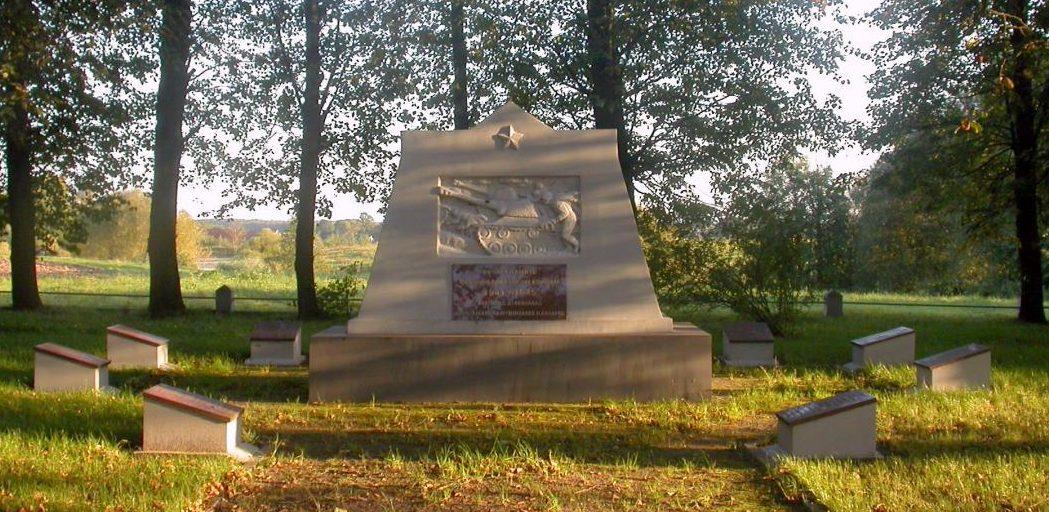 п. Иглишкеляй Мариямпольского р-на. Памятник на братской могиле, в которой похоронено 278 воинов 19-го стрелкового корпуса, погибших в июле–августе 1944 года. Среди них - 276 неизвестных.