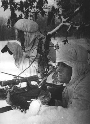 Снайперы В. Завьялов и Р. Круглов.