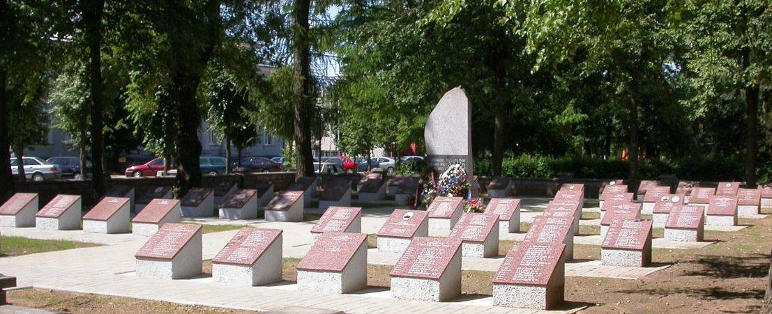 г. Казлу-Руда Мариямпольского р-на. Братская могила на городском воинском кладбище, где похоронено 492 воина, погибших в июне 1941 года и в июле 1944 года.