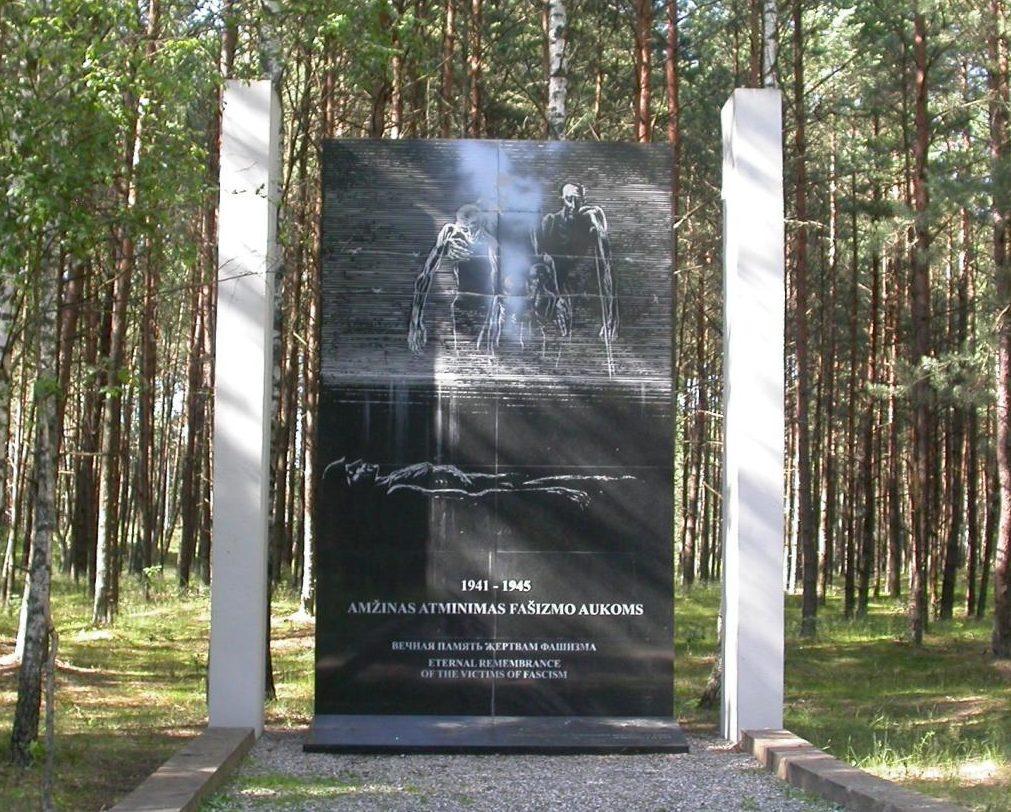 г. Пагегяй Таурагского р-на. Памятники на братских могила заключенных, погибших в концлагере для военнопленных «Офлаг-53». Здесь похоронено 733 военнопленных и 2 тысячи неизвестных.