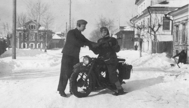 Мотоцикл на лыжах. Россия. 1942 г.