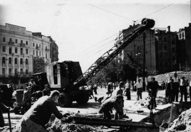 Ремонтные работы на площади Льва Толстого. 1944 г.