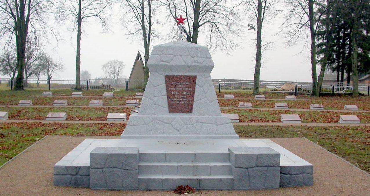 п. Любавас Мариямпольского р-на. Братская могила рядом с поселковым кладбищем, где похоронено 444 воина, погибших в середине октября 1944 года.