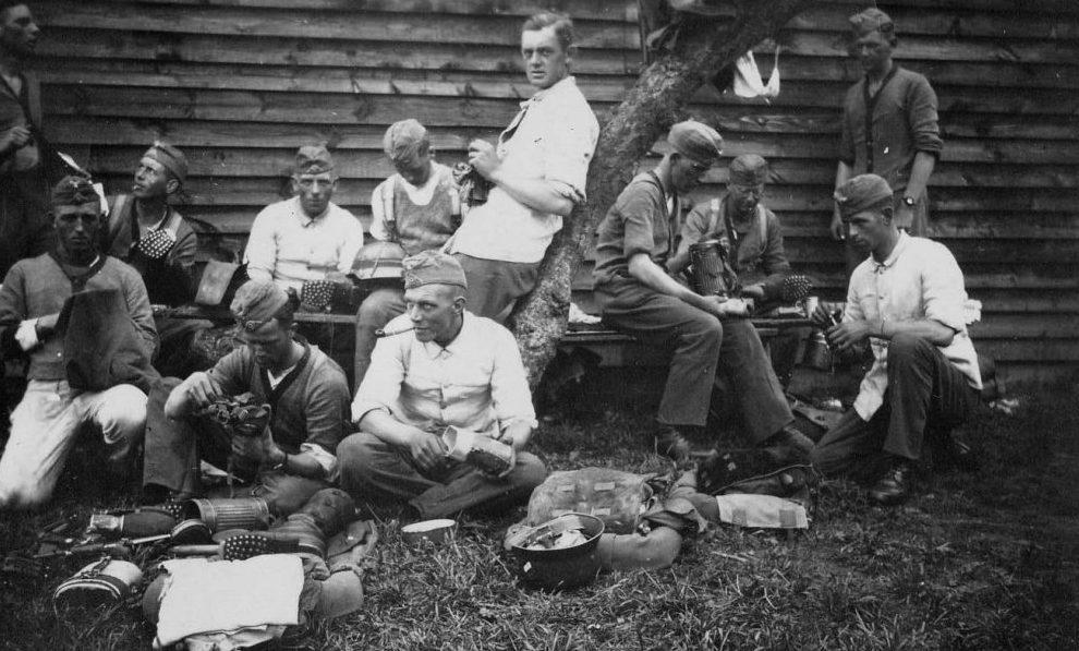На привале в русской деревне. 1941 г.