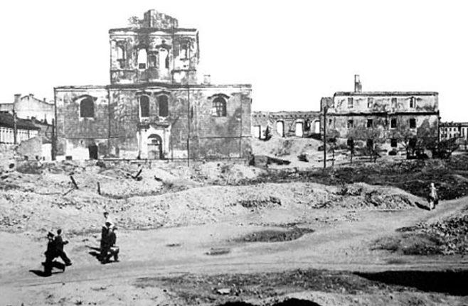 Доминиканский костел святого Фомы Аквинского на перекрестке улиц Энгельса и Интернациональной. Осень, 1941 г.