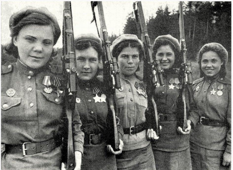 Снайперы, слева направо: Нина Лобковская, Люба Макарова, Шура Виноградова и Аня Носова.