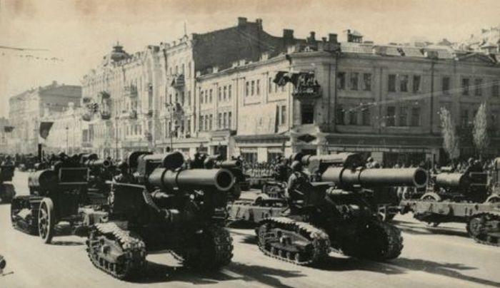 Крещатик, первый послевоенный парад в Киеве. Май 1945 г.