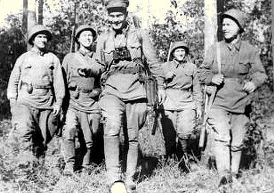 Гвардии сержант Н. Вознов с группой бойцов отправляется на боевые позиции. Август 1942 г.
