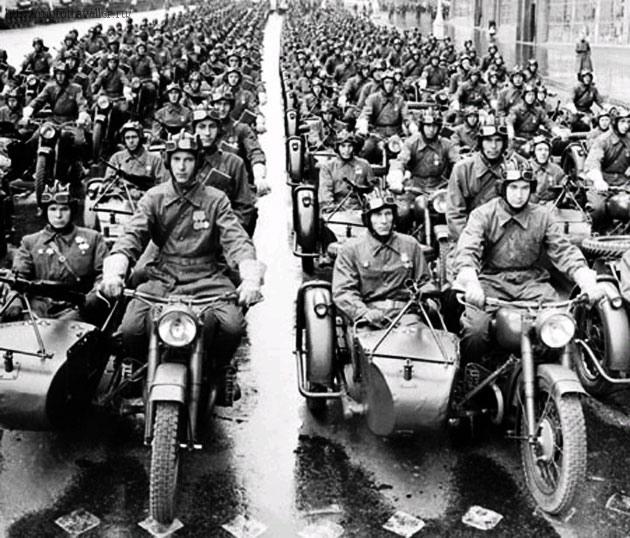 Мотоциклы М-72 на параде. 1945 г.