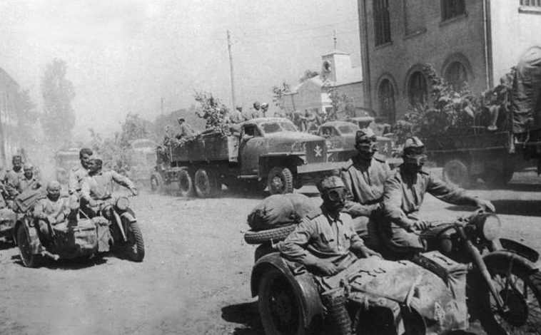 Колонна советских мотоциклистов. Германия. 1945 г.