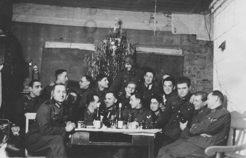 Немецкие солдаты празднуют Рождество. Цен¬тральный фронт, 1942 г.