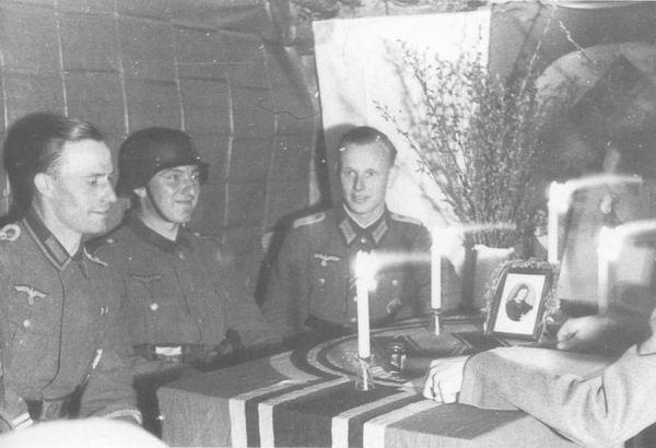 Заочное (по переписке) бракосочетание немецкого солдата. Церемонию проводит командир роты, 1943 г.