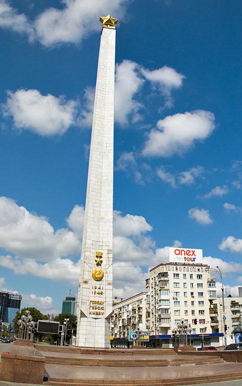 Обелиск Городу-герою на площади Победы.