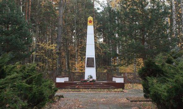 д. Барыч, Коньский повят. Памятник на воинском кладбище, где захоронено 15 064 советских воинов, в т.ч. 15 035 неизвестных, погибших в годы войны.