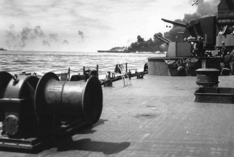 Вид на горящий авианосец «Банкер Хилл» с линкора «Южная Дакота». Май, 1945 г.