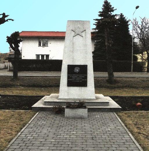 г. Лабишин, Жнинский повят. Обелиск на братской могиле, в которой похоронено 46 советских воинов, в т.ч. 37 неизвестных.