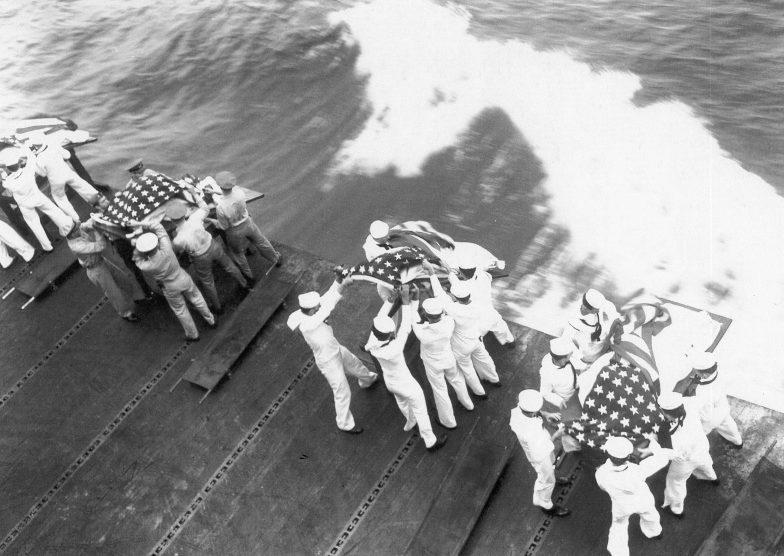 Похороны моряков американского эсминца «Гест», погибших после атаки камикадзе у побережья острова Окинава. Май, 1945 г.