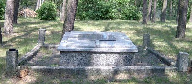 д. Скробув, гмина Любартув. Памятник на воинском захоронении советских военнопленных в лесу, где покоится прах 7 тысяч человек.