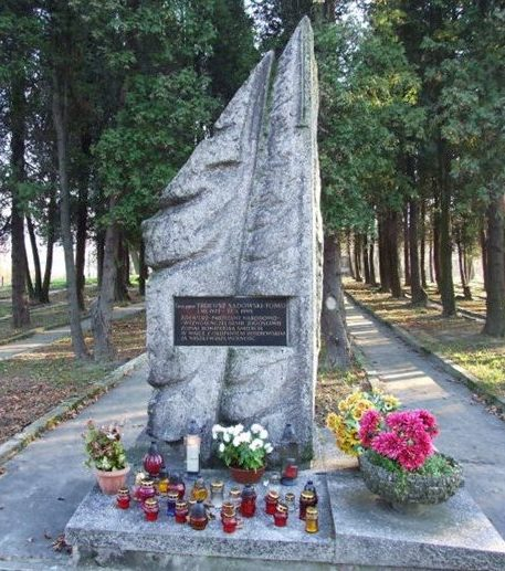 Памятный знак у входа на кладбище.