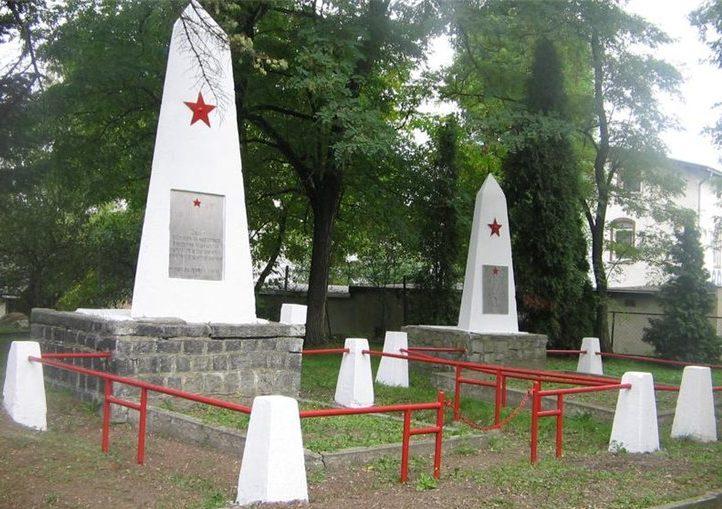 г. Жарув, Свидницкий повят. Братские могилы по улице Армии Червоней, в которых похоронено 23 советских воина, в т.ч. 2 неизвестных.