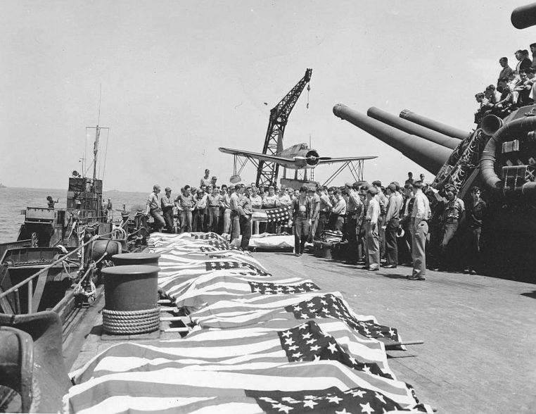 Погибшие в результате атаки камикадзе моряки американского линкора «Нью-Мексико». Окинава. Май, 1945 г.