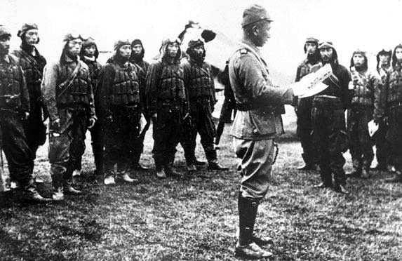 Генерал Ониши зачитывает приказ эскадрилье летчиков-камикадзе. 1944 г.