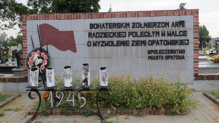 г. Опатув. Памятник на братских могилах на кладбище по улице Цментарна, в которых захоронено 2 тысячи советских воинов, в т.ч. 1 942 неизвестных, погибших в годы войны.