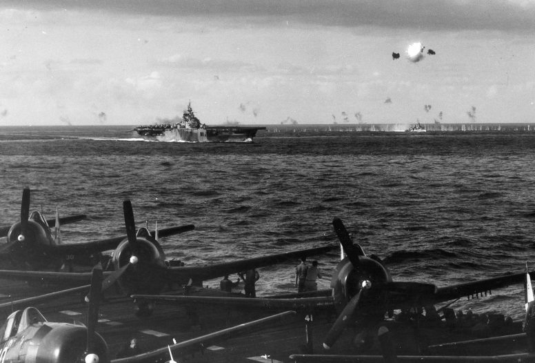 Взрыв самолета камикадзе, сбитого зенитным огнем кораблей американских кораблей. Фото с авианосца «Хорнет». Район острова Окинава. Май, 1945 г.