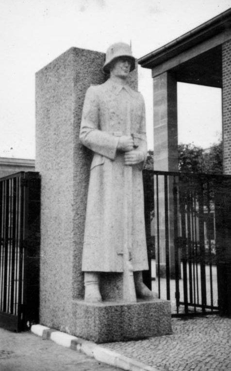 У входа в казармы «Лейбштандарт СС Адольф Гитлер». 1940 г.