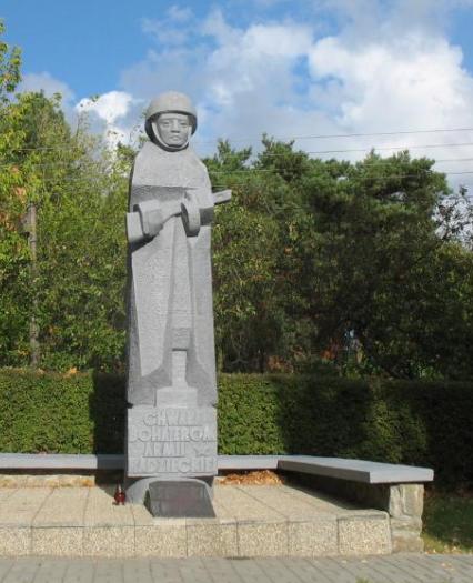 д. Крыница Морска, гмина Штутово. Памятник, установленный на братской могиле, в которой похоронено 240 воинов, в т.ч. 208 неизвестных.