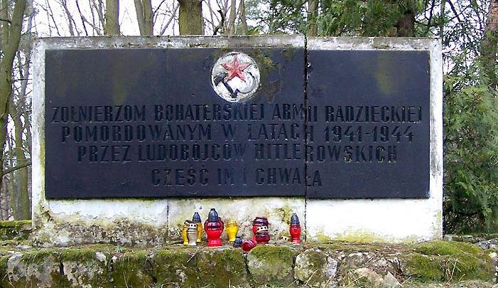Памятная стела на кладбище.